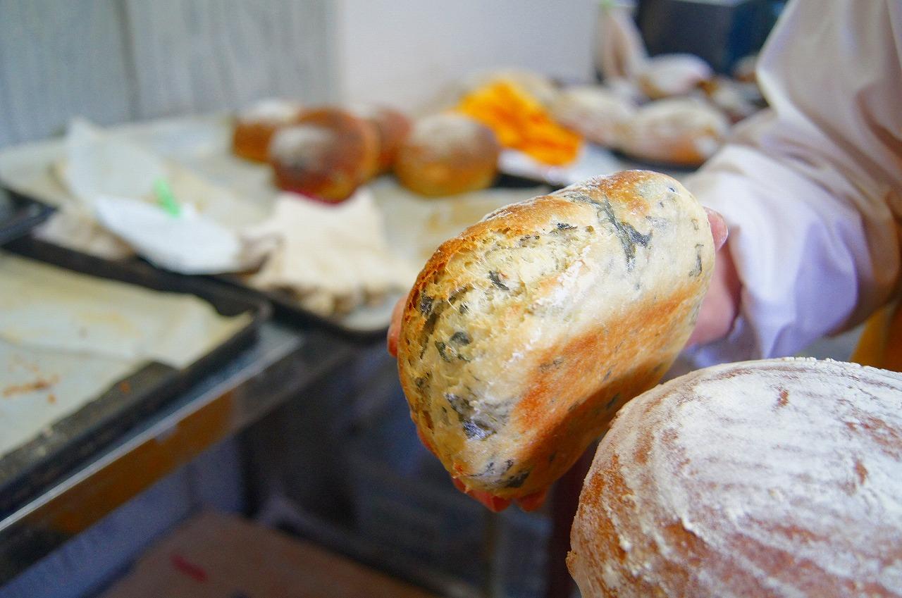 昼ごろからパンが店頭に並び始めるようです。