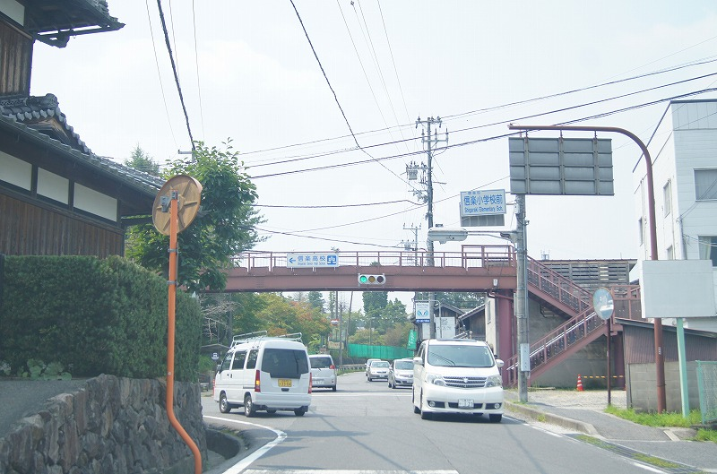 信楽小学校前の信号を左に進みます。