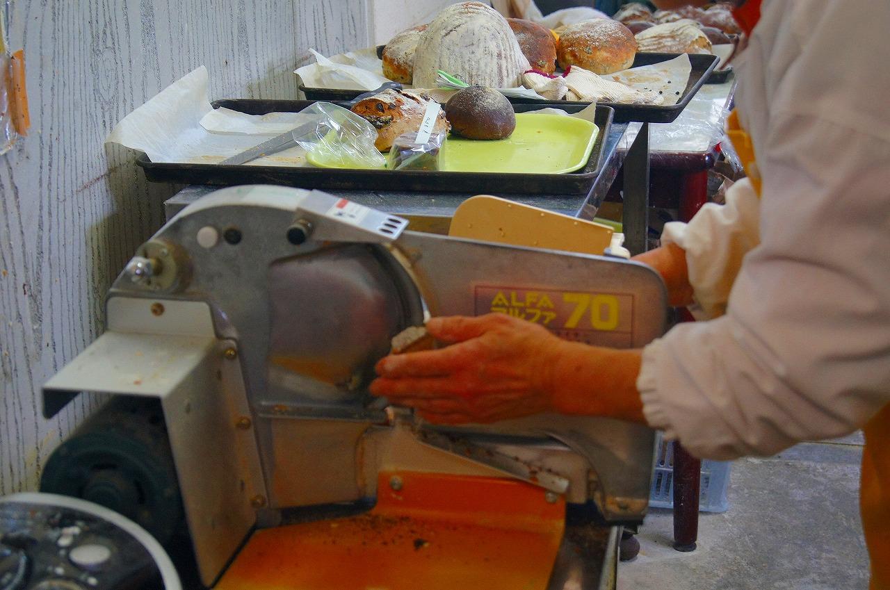 パンをお店でカットしてもらえます。