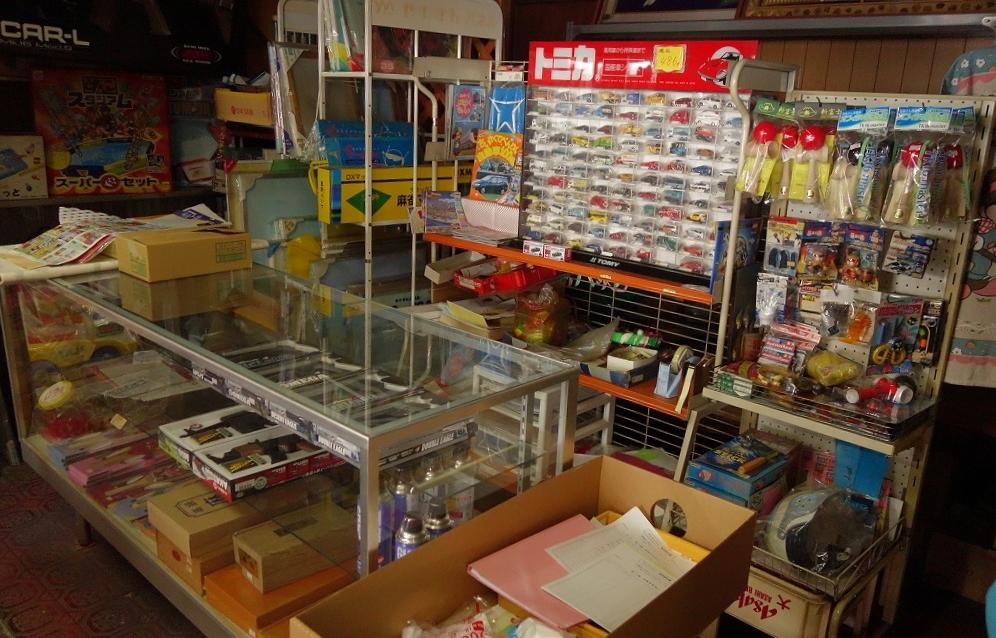 » 日野町で見つけた駄菓子屋「三徳屋」。本当の昔ながらの駄 ...